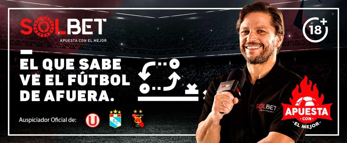 Periodista deportivo del fútbol peruano con un polo de Solbet