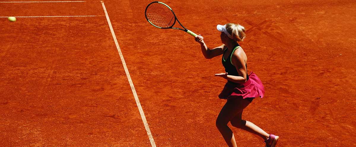 Jugadora de tenis golpeando la pelota